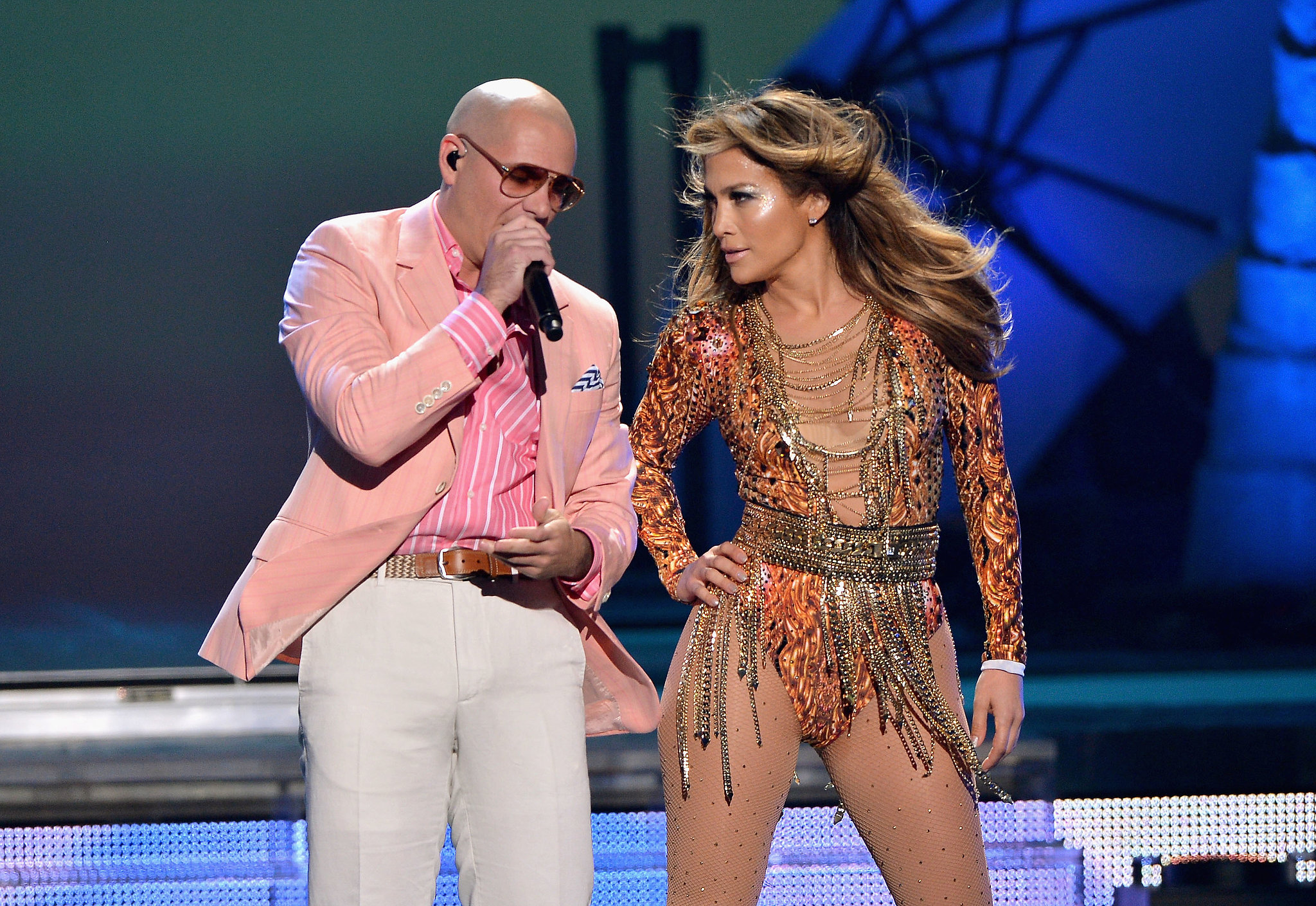 Jennifer-Lopez-Pitbull-performed-together-Premios-Juventud