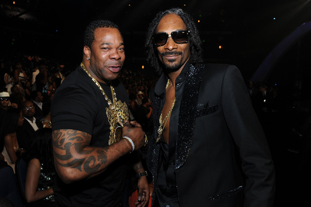 Snoop Dogg feat. Busta Rhymes & Stresmatic – Powder On My Clothes